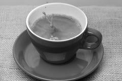 Café que faz o conceito O café fabricado cerveja fresco derramado no copo com espirra e borbulha imagem de stock royalty free