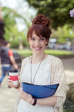 Café que lleva de la mujer bastante joven y un fichero Foto de archivo