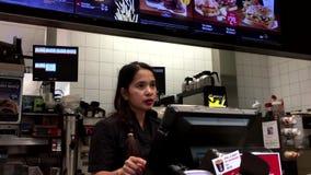 Café que ordena de la gente en el contador de pago y envío de McDonalds metrajes