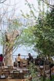 Café que pasa por alto Bosphorus imagen de archivo