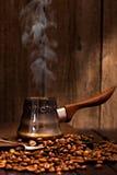 Café que prepara aún-vida de la vertical del pote Fotos de archivo libres de regalías