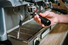 Café que prepara el tenedor del barista de la máquina puesto Fotografía de archivo libre de regalías
