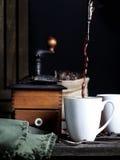 Café que vierte en la taza 2 Fotos de archivo libres de regalías