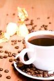 Café, quelques bonbons et haricots images libres de droits