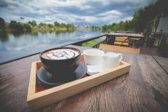 Café quente com arte do leite da espuma Foto de Stock