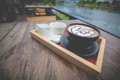 Café quente com arte do leite da espuma Imagens de Stock
