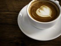 Café quente com bolha macia em placas de madeira velhas imagem de stock