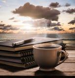 Café quente com cadernos e pena na tabela de madeira com ideia de t foto de stock royalty free
