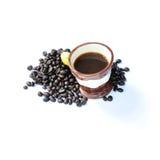Café quente com o feijão de café isolado no branco Foto de Stock Royalty Free