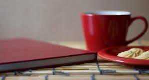 Café quente, cookies e um livro Imagem de Stock Royalty Free