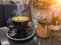 Café quente da arte do latte do leite na tabela de madeira Zombaria acima da tela vazia Imagens de Stock
