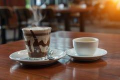 Café quente da arte do latte do leite na tabela de madeira Zombaria acima da tela vazia Imagens de Stock Royalty Free