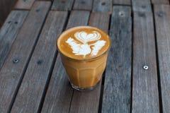 Café quente da arte do leite na tabela de madeira Imagens de Stock Royalty Free