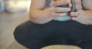 Café quente de Storring em casa vídeos de arquivo