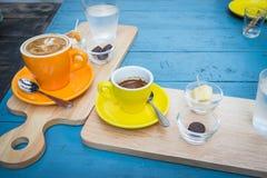 Café quente disparado no copo amarelo Imagens de Stock