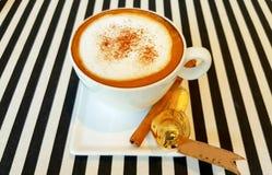 Café quente do cappuccino no copo na tabela de madeira fotografia de stock