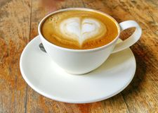 Café quente do cappuccino no copo na tabela de madeira foto de stock
