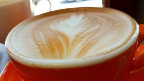 Café quente do cappuccino no copo na tabela de madeira imagens de stock royalty free