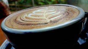 Café quente do cappuccino no copo na tabela de madeira imagens de stock