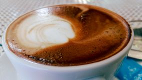 Café quente do cappuccino no copo na tabela de madeira imagem de stock royalty free