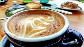 Café quente do cappuccino no copo na tabela de madeira imagem de stock