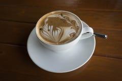 Café quente do Latte da arte em um copo Imagens de Stock Royalty Free