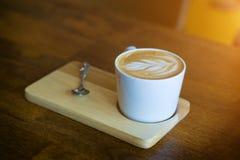 Café quente do latte na tabela de madeira fotografia de stock