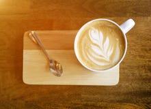 Café quente do latte na tabela de madeira fotos de stock