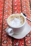 Café quente do latte no copo branco imagem de stock