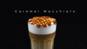 Café quente do macchiato do caramelo isolado com fundo preto Imagens de Stock