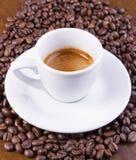 Café quente em feijões de café Foto de Stock Royalty Free