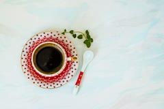 Café quente em um copo de café vermelho Fotografia de Stock