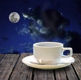 Café quente na tabela de madeira na noite Fotos de Stock Royalty Free