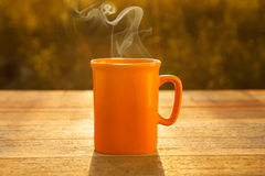 Café quente na tabela de madeira no por do sol Foto de Stock Royalty Free