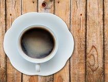 Café quente na textura de madeira fotografia de stock royalty free