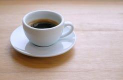 Café quente no copo branco Fotografia de Stock Royalty Free