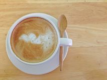 Café quente no copo branco na opinião de tampo da mesa de madeira Fotos de Stock Royalty Free