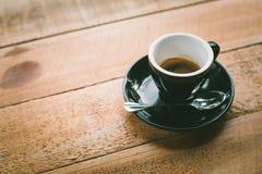Café quente no fundo de madeira da tabela Fotos de Stock