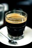 Café quente no vidro fotografia de stock royalty free