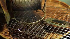 Café rôti à emporter le café du café rôti fabriqué à la main de casserole de torréfaction clips vidéos