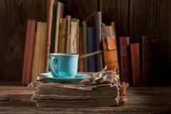 Café rústico na porcelana azul no livro na biblioteca fotografia de stock