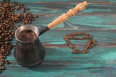 Café recentemente fabricado cerveja no jezve de cobre fotografia de stock