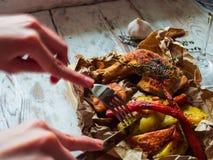Café refroidissant le concept de mode de vie Fermez-vous des mains de femme mangeant des jambes de poulet grillées avec des pomme Photo stock