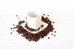Café renversé de tasse de café sur le blanc Photos libres de droits