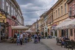 Café-Restaurants in der Straße in Novi Sad stockfoto