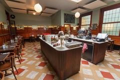 Café retro tradicional wating para los visitantes alrededor de las tablas de madera, espejos, estilo artístico fotografía de archivo