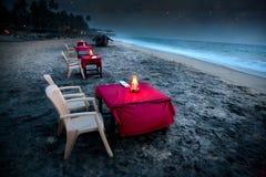 Café romantico sulla spiaggia alla notte Fotografia Stock