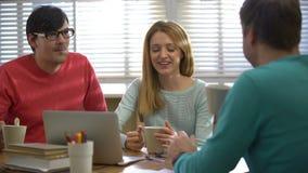 Café-rotura Café de consumición de la gente joven y el hablar en la oficina almacen de metraje de vídeo