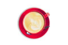 Café rouge de tasse et de latte sur le fond blanc d'isolement photos libres de droits
