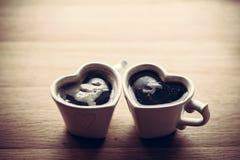 Café sólo, café express en dos tazas en forma de corazón Amor, el día de tarjeta del día de San Valentín, vintage Imagen de archivo